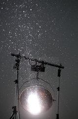 Wacken  Deutschland  Scheinwerfer im Regen auf dem Wacken Open Air