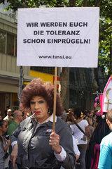 Berlin  Deutschland  verkleideter Mann auf dem CSD