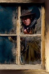 Western kaputtes Fenster Mann mit Gewehr