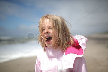 Hvide Sande  Daenemark  ein Maedchen schreit am Strand
