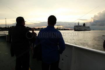 Rostock  Deutschland  Touristen beobachten die Einfahrt einer Scandlines-Faehre bei Warnemuende