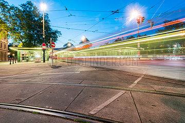 Strassenbahn Haltestelle in Wien bei Nacht