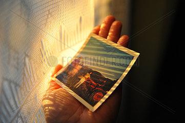 Hand haelt ein Polaroidfoto