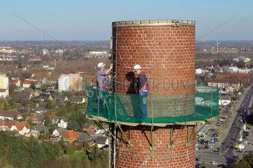 Flensburg  Deutschland  Facharbeiter tragen das obere Drittel eines Schornsteins ab