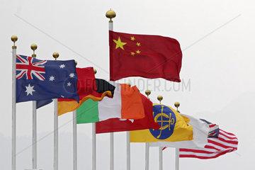 Hong Kong  China  Nationalflaggen verschiedener Laender wehen im Wind  die Chinesische ueber allen