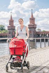 Mutter und Baby im Kinderwagen in Berlin Friedrichshain