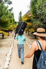 Touristin und ein Koffertraeger