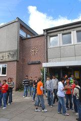 Flensburg  Deutschland  Schueler auf dem Schulhof