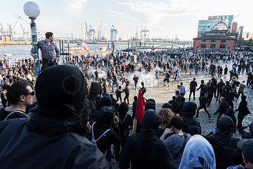 Demonstranten am Hamburger Fischmarkt waehrend des G20 Gipfels