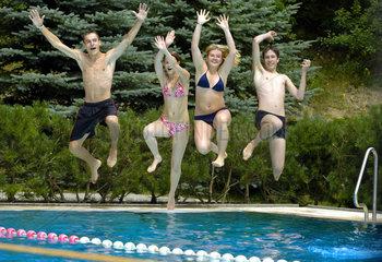 Zwickau  Deutschland  Schueler springen zur Erfrischung in ein Schwimmbecken