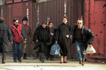 Sarajevo  Bosnien und Herzegowina  Menschen rennen um ihr Leben
