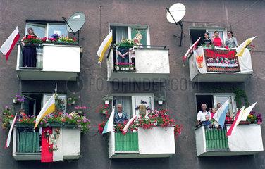 Ein Wohnblock am Fronleichnamstag in Poznan  Polen