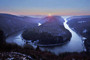 Sonnenaufgang ueber der Saarschleife  Orscholz  Saarland  Germany