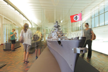 Laboe  Deutschland  Schlachtschiffmodell -Bismarck- im Marine-Ehrenmal Laboe