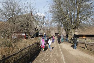 Molfsee  Deutschland  Besucher im Freilichtmuseum Molfsee