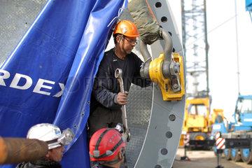 Vioel  Deutschland  mit Hilfe von zwei Kraenen wird eine Windkraftanlage der Firma Nordex (Model Nordex 100) errichtet