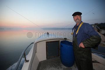 Flensburg  Deutschland  Nebenerwerbsfischer bei der Arbeit
