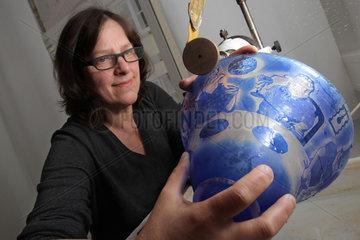 Flensburg  Deutschland  Glasgravurmeisterin beim Gravieren einer Glasschale