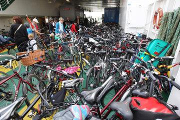 Dagebuell  Deutschland  zahlreiche Fahrraeder auf der Faehre Schleswig-Holstein