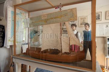 Itzehoe  Deutschland  Vitrine mit einem Modellschiff im Haus der Heimat in Itzehoe