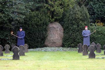 Flensburg  Deutschland  Soldaten halten Ehrenwache an einem Gedenkstein