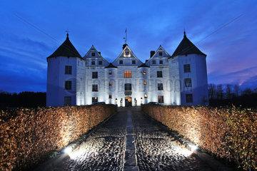 Gluecksburg  Deutschland  Schloss Gluecksburg in naechltlicher Beleuchtung