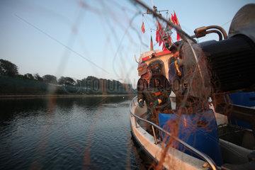 Flensburg  Deutschland  Nebenerwerbsfischer holen am fruehen Morgen in der Flensburger Foerde die Netzte ein