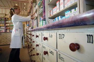 PTA beim Einsortieren von Medikamenten  Hamburg