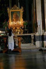 eine Frau betet in die Chiesa del Gesu nuovo