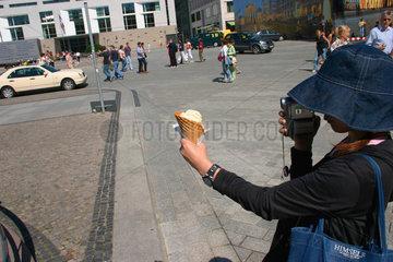 Berlin. Japanische Touristin mit Eistuete
