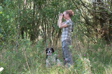 Weddelbrook  Deutschland  Jaegerin Eike Gaertner in ihrem Revier ohne Flinte unterwegs mit ihrem Hund