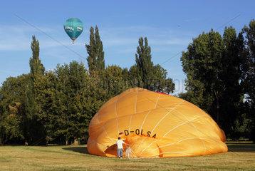 Magdeburg  Deutschland  Heisluftballon wird fuer den Start vorbereitet
