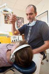 Heide  Deutschland  Zahnarzt Andreas Kolb behandelt die Patienten mit Hypnose