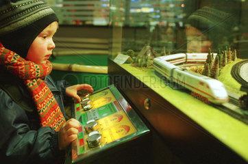 Kind spielt mit Modelleisenbahn