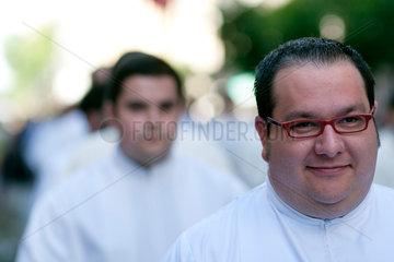 Sevilla  Spanien  ein Seminarist bei der Fronleichnamsprozession