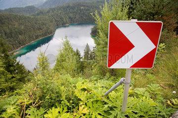 Tirol  Schild mit Richtungspfeil am Blindsee