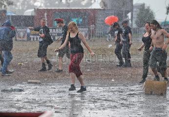 Wacken  Deutschland  Besucher im Regen auf dem Wacken Open Air