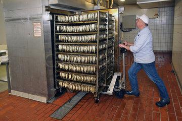 Eckernfoerde  Deutschland  Produktion der Kieler Sprotte bei der Firma Meergold