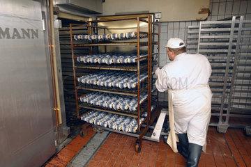 Eckernfoerde  Deutschland  Rollmopsproduktion bei der Firma Meergold