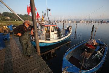 Flensburg  Deutschland  Nebenerwerbsfischer nach getaner Arbeit am Steg in Fahrensodde