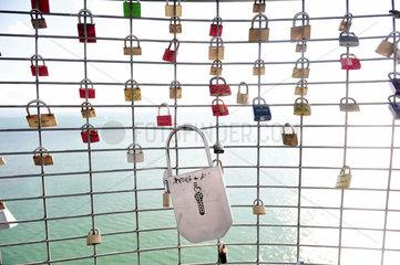 Friedrichshafen  Deutschland  Liebesschloesser haengen am Gitter des Moleturm im Hafen