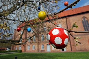 Groemitz  Deutschland  Hof des Kloster Cismar ist die Kastanie zu Ostern mit Ostereinern geschmueckt