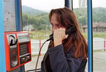 Frau in einer Telefonzelle der rumaenischen Romtelecom SA