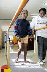 Kenia  ein behinderter Junge uebt gehen