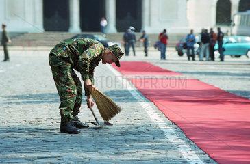 Bulgarischer Soldat bereitet Empfang einer Delegation vor  Sofia