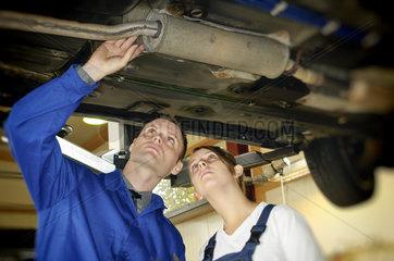 Autowerkstatt Abgasanlage pruefen