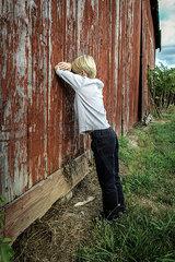 An der Wand lehnen
