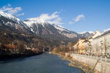 Innsbruck  Blick ueber den Inn entlang der Altstadt von Innsbruck
