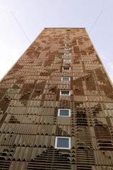 Suhl  Deutschland  die strukturierte Betonfassade eines Plattenbaus