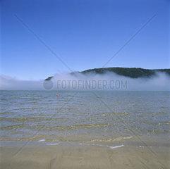 Suedafrika  Lagune von Knysna  Nebel